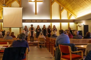 Misjonsmøte. Torill Langbråten taler og Joyful fra Halden synger