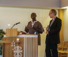 Øyvind Aske tolker for Peter.